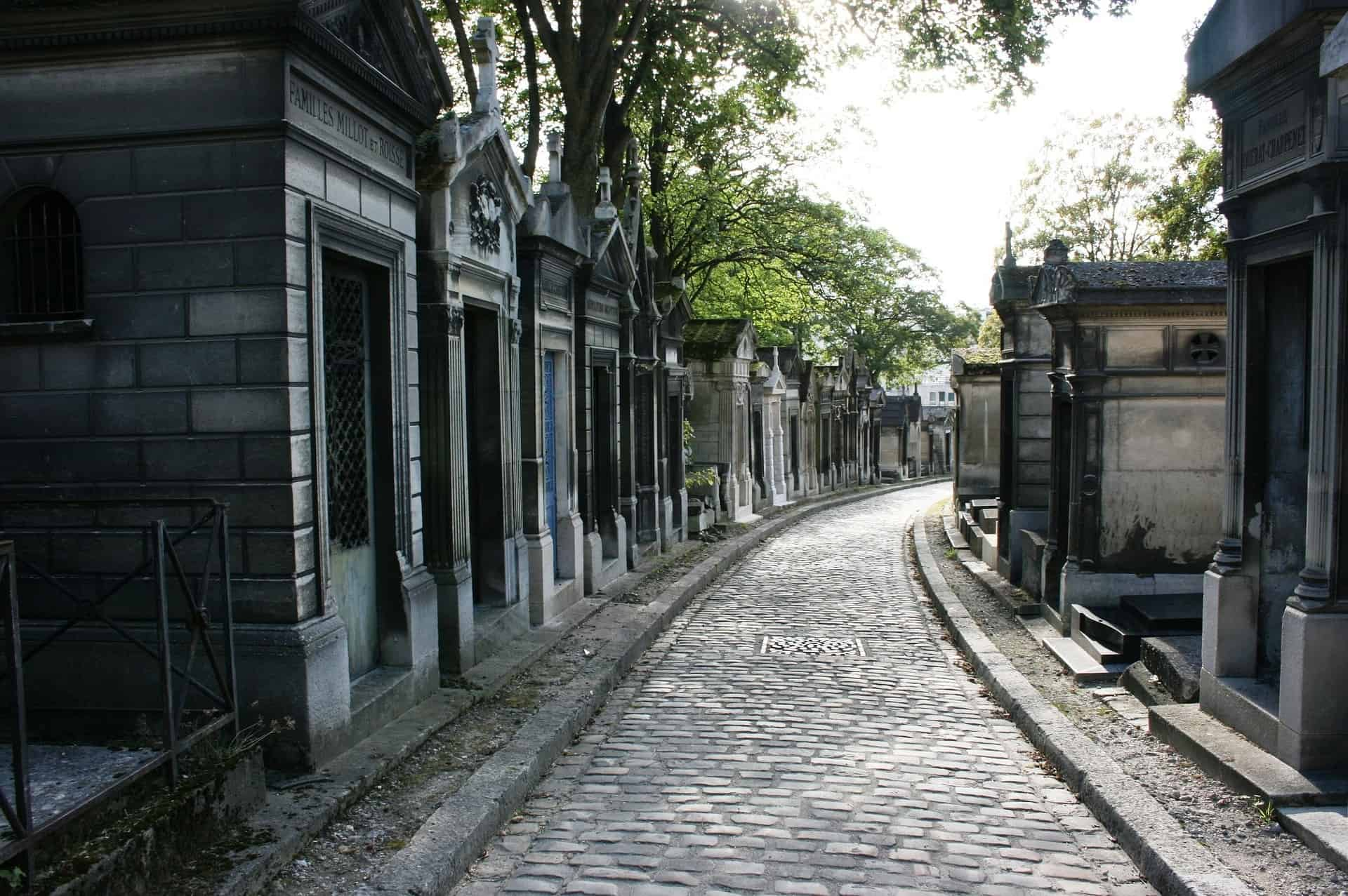 Everyone is searching for grave of Jim Morrison, but the unusual thing to do in Paris is to search for Jean-Paul Sartre et Simone de Beauvoir tomb - Secret things to do in Paris
