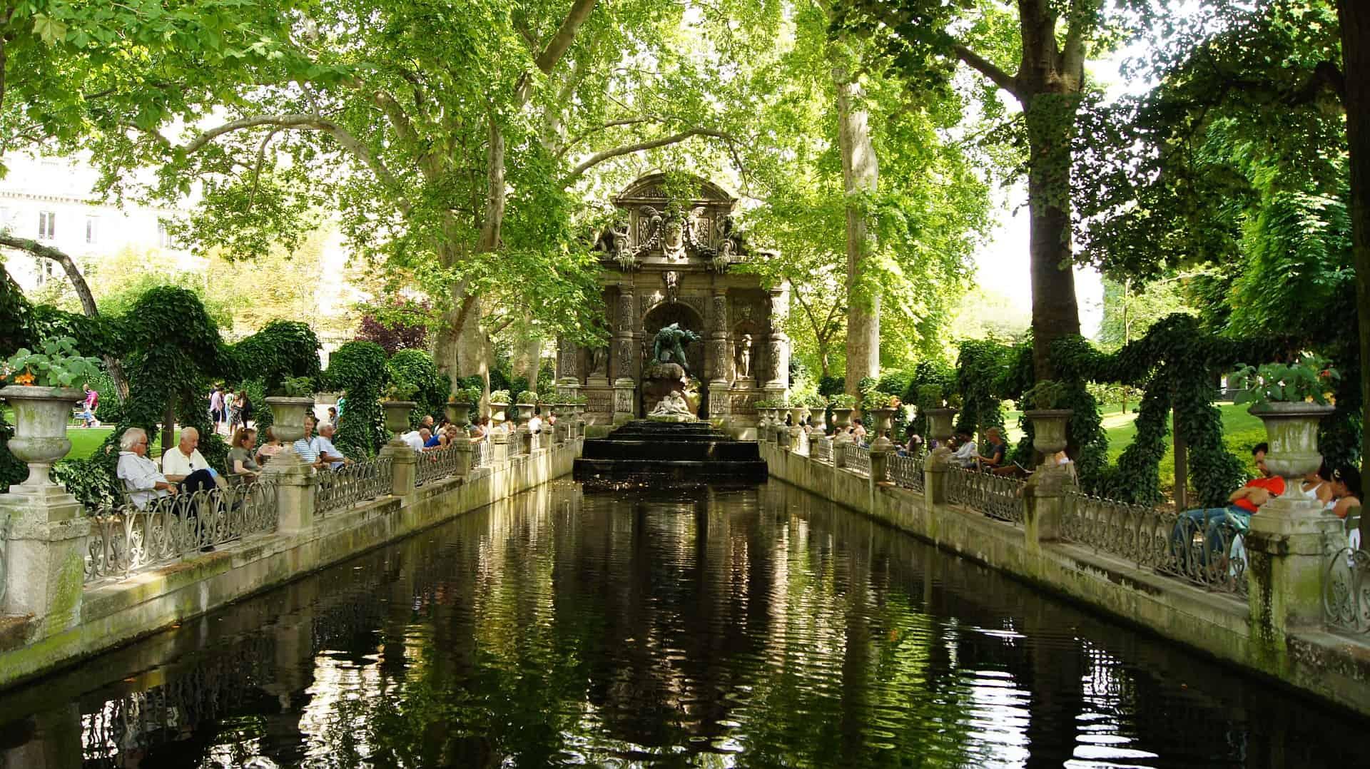 hidden treasures Paris: luxembourg garden paris in the center of Paris - secret tip: get your lunch in a nearby bakery. Read more about Paris hidden gems and Paris secret tips on our Blog