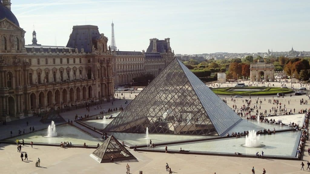 Paris in one day sightseeing tour - visiting the Louvre will be difficult if you have only one day in Paris