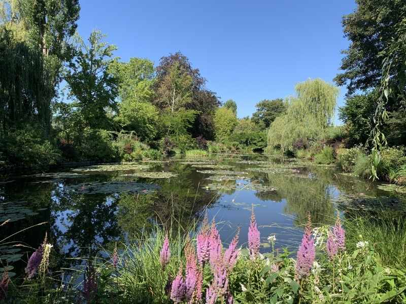 you can visit the garden from Monet in a few hours - enough time to admire his beautiful pinds
